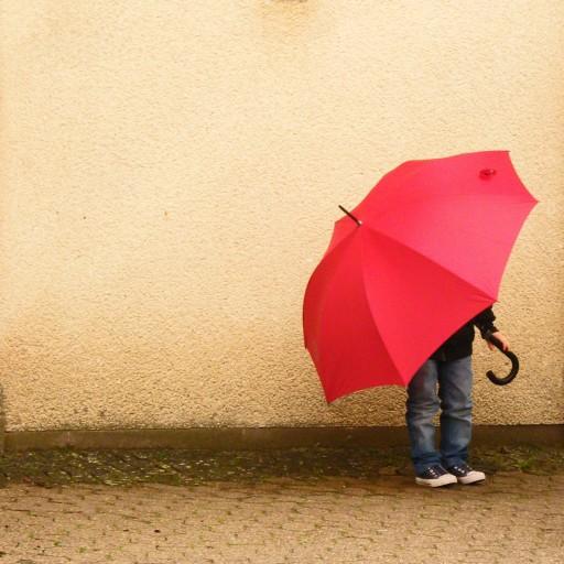 kind onder paraplu